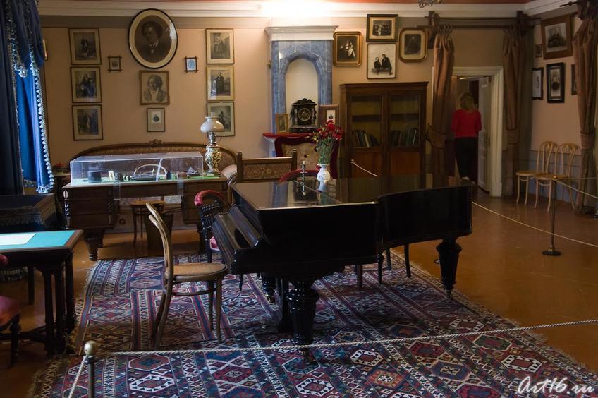 В центре зала рояль, на котором играл П.И.Чайковский (кабинет-гостиная)