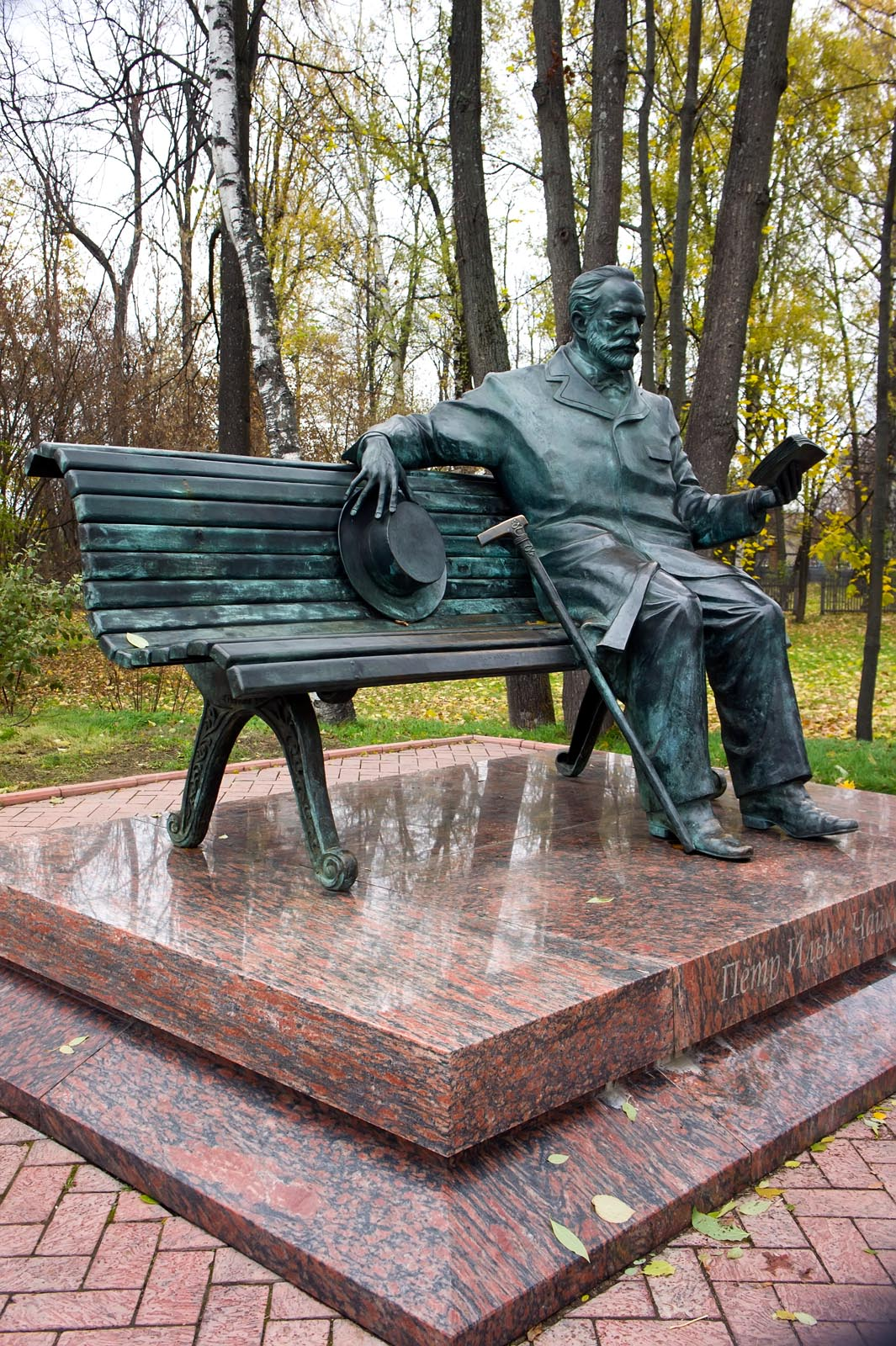 Фото №63789. Памятник П.И.Чайковскому в усадьбе