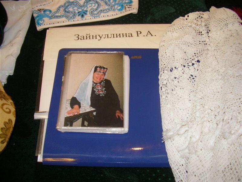 Фото №645. Фрагмент стола с работами Зайнуллиной Р.А.