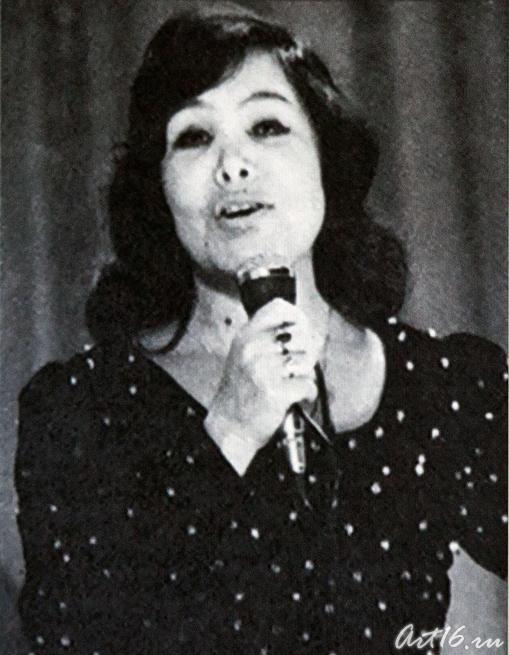 Альфия Авзалова во время выступления. Кадр из фильма «Моң патшабикәсе»