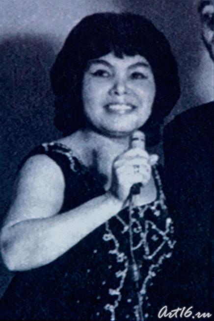 Альфия Авзалова на сцене. Кадр из фильма «Моң патшабикәсе»::Альфия Авзалова, фото к статье
