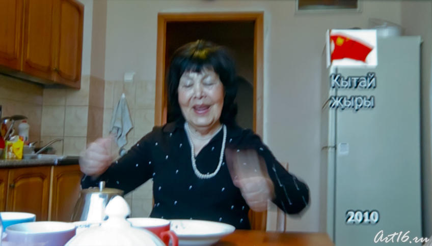 Альфия Авзалова на кухне. Кадр из фильма «Моң патшабикәсе»