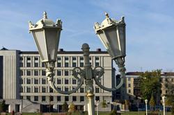 Дизайнерски фонарь в парке