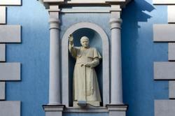 Католический храм, скульптура в нише на втором ярусе. Казань, ул. Островского, 73