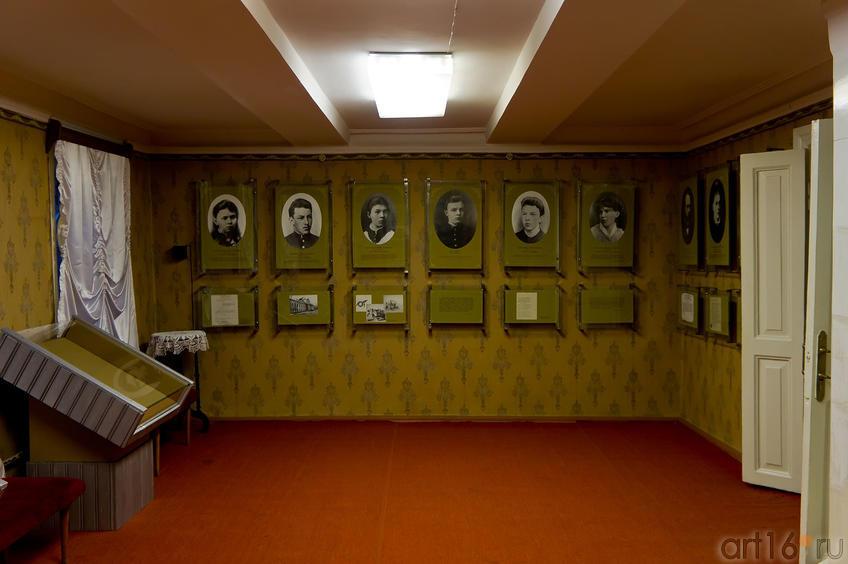 Фото №66211. На стенах портреты семьи Ульяновых