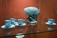 Ваза в форме раковины (Эмиль Галле, Сен-Клемен) и чашки с блюдцами (Эмиль Галле, Нанси)