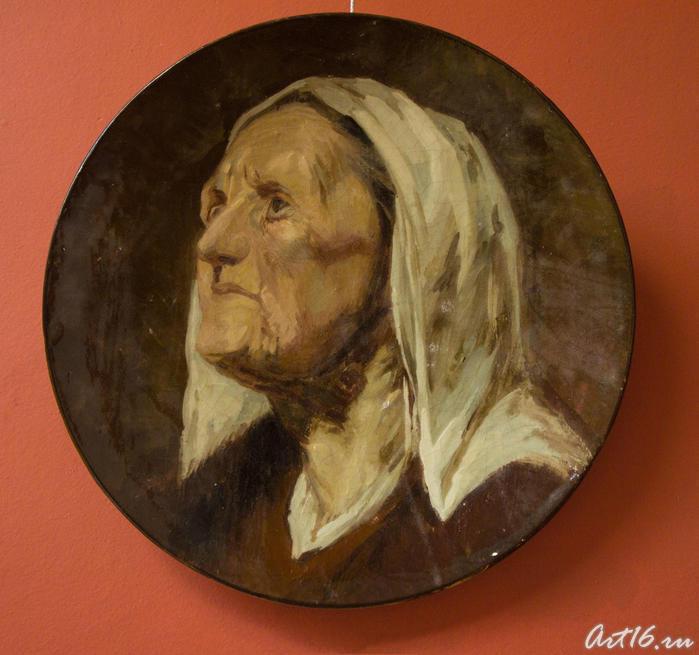Блюдо с изображением старушки в чепчике XVII века, 1877-1884. Эмиль Галле (1846-1904)  Нанси::Фаянс Галле и школа Нанси