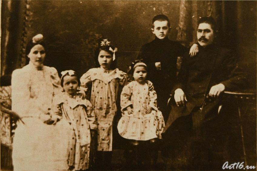 Салих Сайдашев с семьей Насретдина Халитова, где он воспитывался до 11 лет. 1910