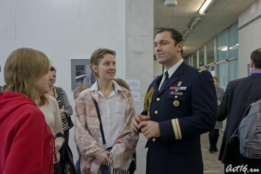 Фото №67827. Французский офицер с барышнями на выставке Фарита Губаева. Казань 2010