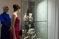 Девушка у витрины с изделиями ''Красносельского Ювелирапрома''