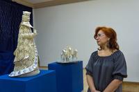 Татьяна Медведева возле  раритетных изделий завода  «Красносельский Ювелирпром»: «Снегурочка» и «Тройка»
