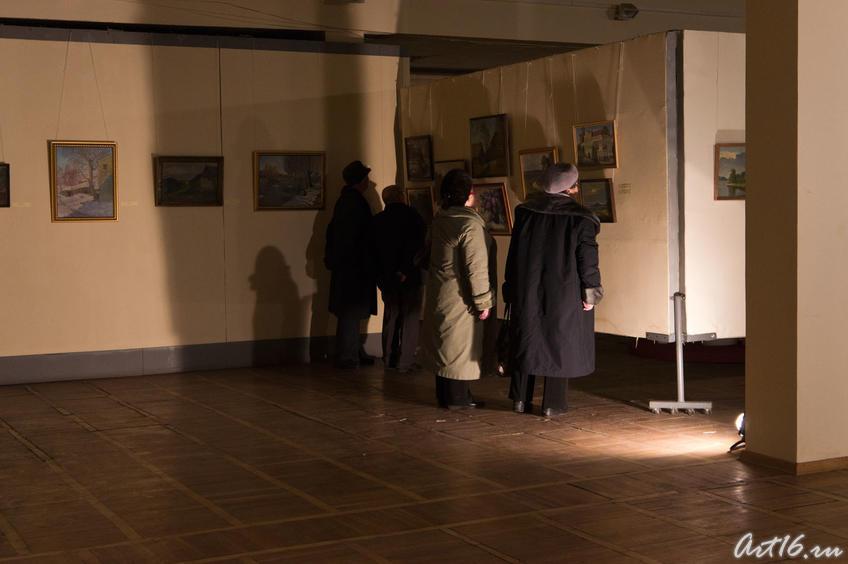 Осмотр экспозиции выставки В.М.Быковского