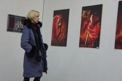 Девушка у стены с фотографиями Кадыра Ахмерова
