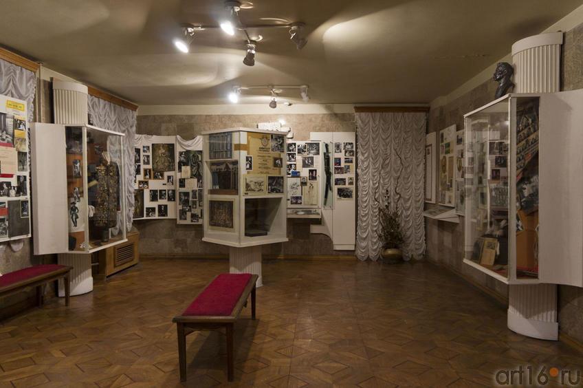 Фото №70622. Фойе-музей ( представлены старые афиши, фотографии, предметы, связанные с историей театра)