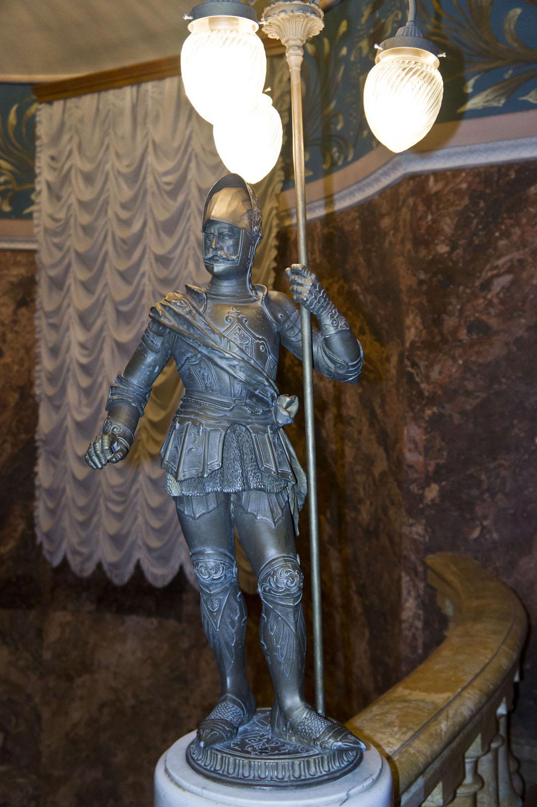 Фото №70667. Бронзовая скульптура рыцаря на лестнице КАРДТ им. Горького