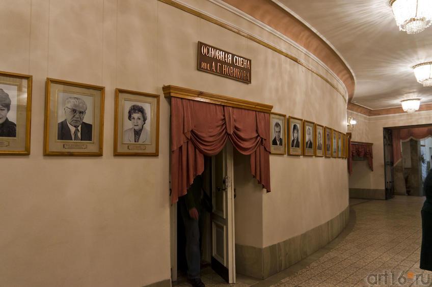 Фото №70672. Портретная галерея  актеров в фойе театра