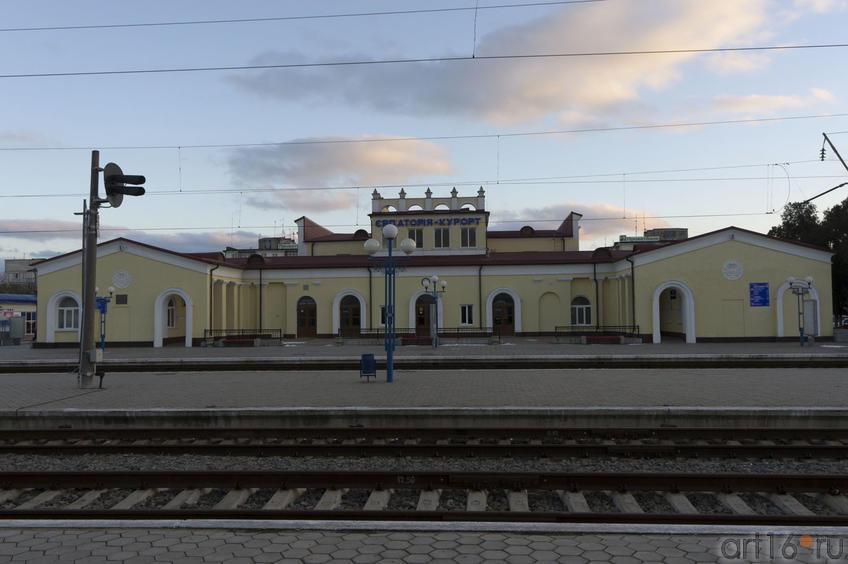 Железнодорожный вокзал Евпатории из окна электропоезда