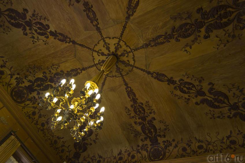Отделка потолка под дерево, люстра. Китайский кабинет