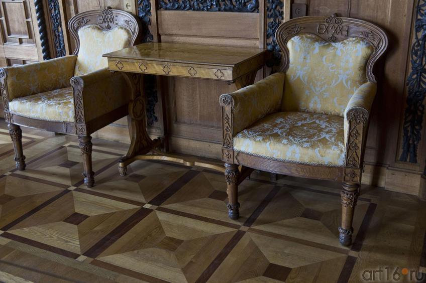 Массивные дубовые кресла с инициалами владельцев дворца