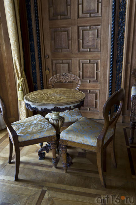 Столик из волнистой березы и дубовые стулья с инициалами владельцев дворца
