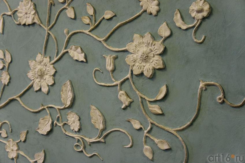 Фрагмент стены (затейливый лепной узор из листьев и цветов)