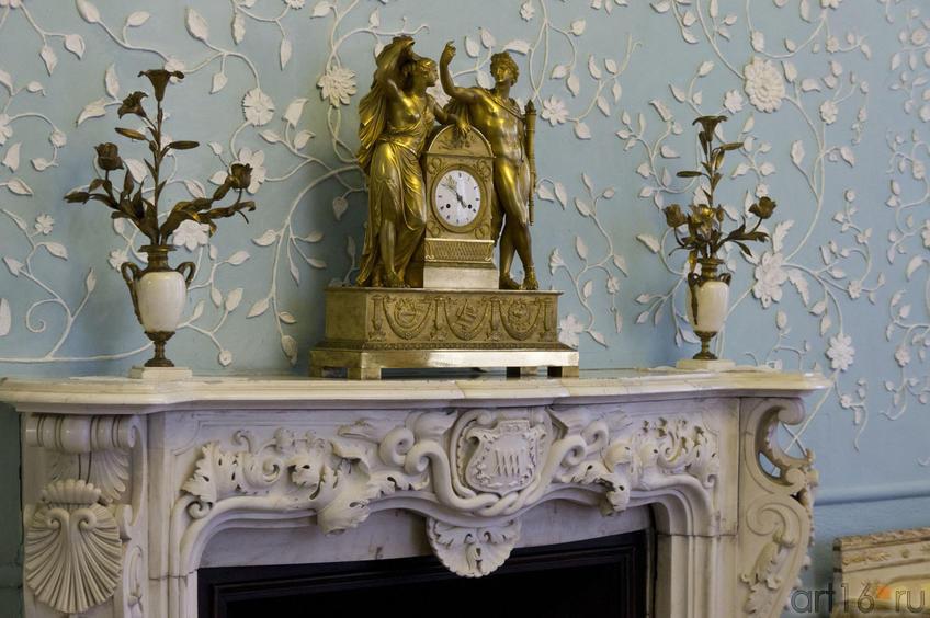Камин, канделябры, часы. Фрагмент интерьера