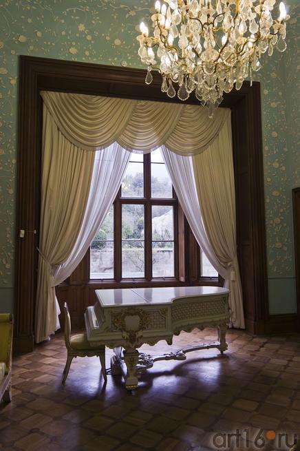 Рояль у окна Голубой гостиной