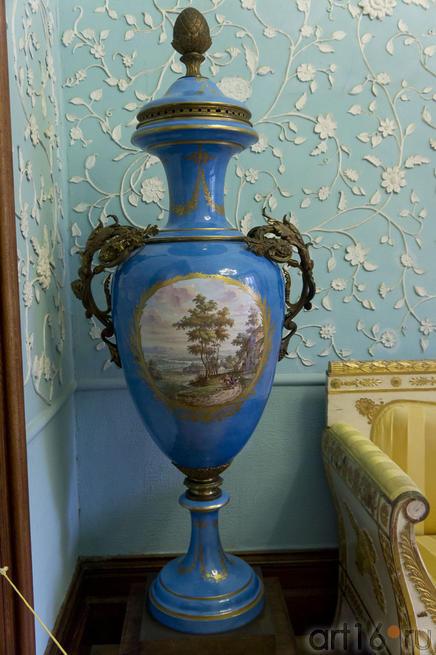 Напольная ваза (бывший императорский фарфоровый завод в Петербурге, ныне завод им. Ломоносова)