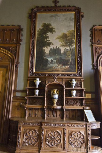 Парадная столовая. Фрагмент экспозиции. Картина Тополиный остров