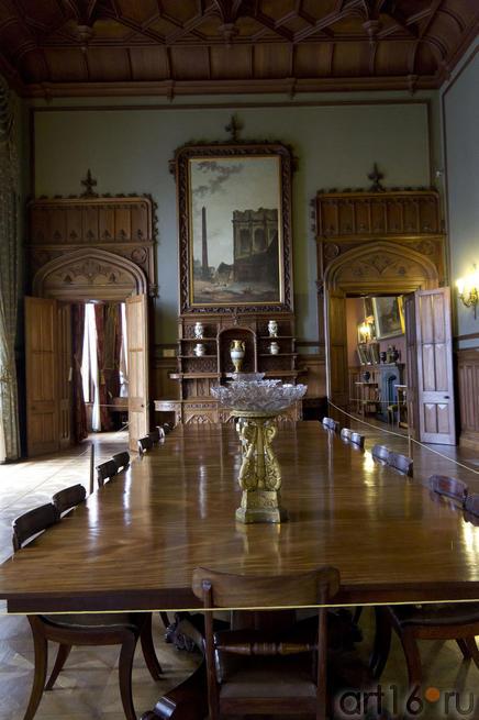 Обеденный стол из красного дерева, хрустальные вазы, полотна Г.Робера