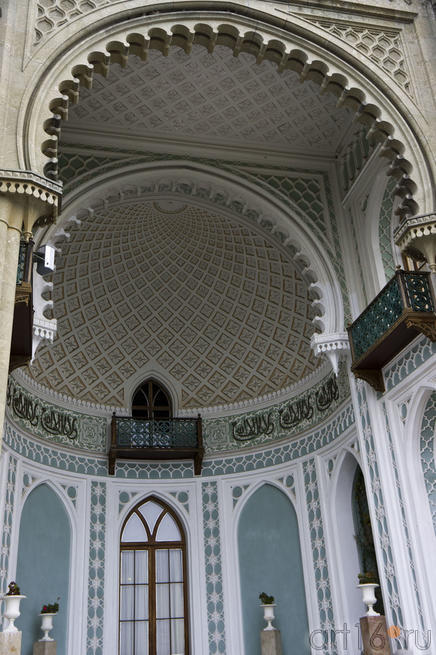 Экседра, обрамленная затейливым порталом, характерная для мусульманской архитектуры.
