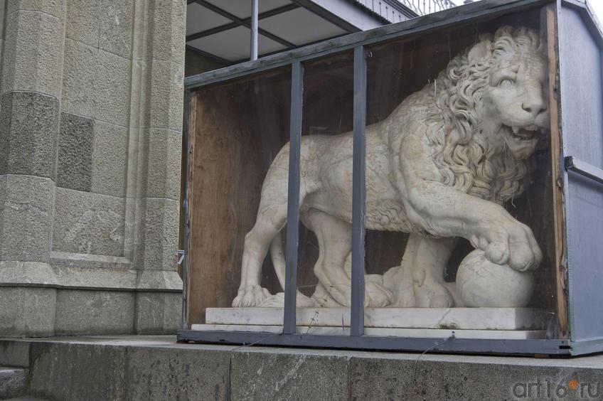 Скульптура бодрствующего льва перед дворцом