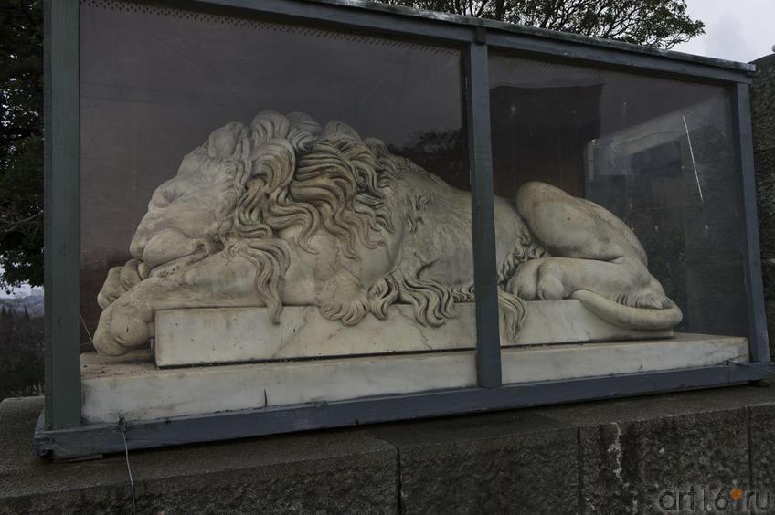 Скульптура спящего льва перед дворцом