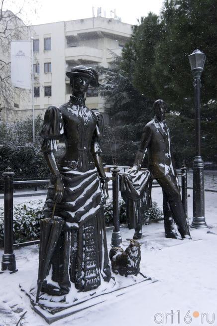 Памятник Антону Павловичу и его знаменитой Даме с собачкой.