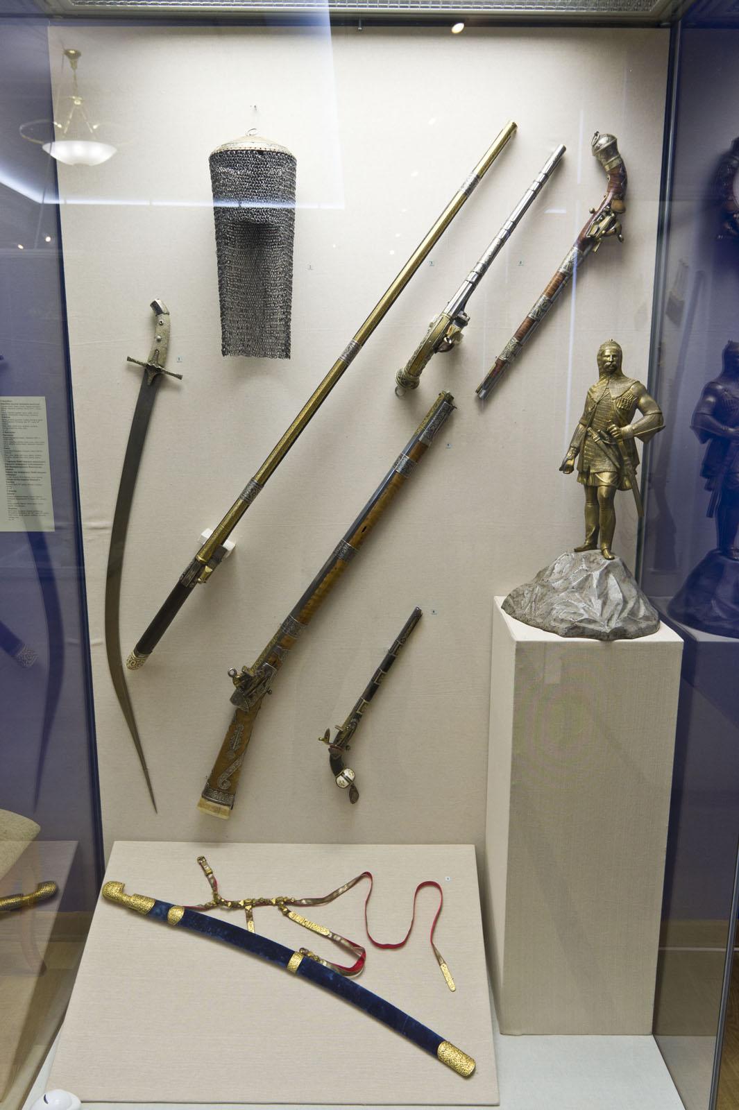 Фото №72070. Сабля, шлем мисюрка, ружье кремневое, пистолеты, карабин, пистолет, скульптурное изображение