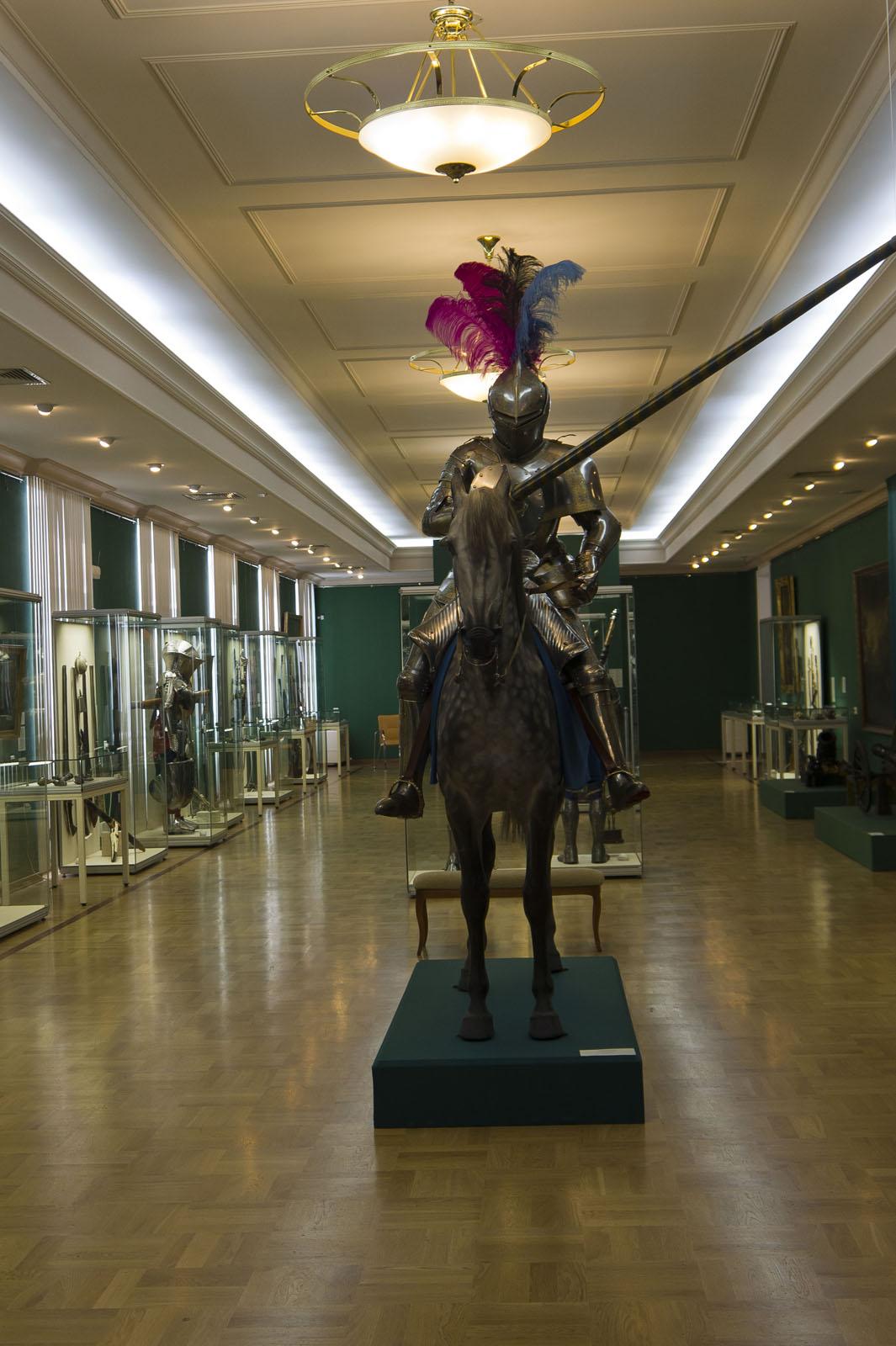 Фото №72210. Рыцарский зал, на переднем плане рыцарь в турнирном доспехе