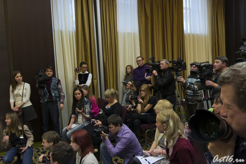 Фото №72489. Журналисты на пресс-коференции Пьера Ришара