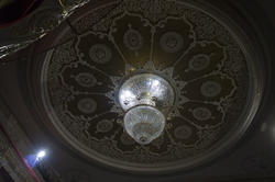 Люстра в зрительном зале театра