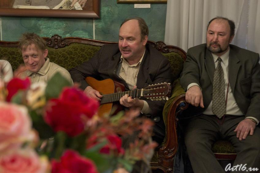 Фото №73623. Владимир Гаранин, бард, шансонье (в центре)