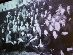 Учащиеся и преподаватели школы им. Радищева, (места, связанные с именем В.Тушновой)