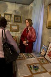 Татьяна Пашагина у своих работ.  Выставка
