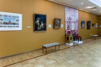 По центру расположен табурет из Помпейской столовой в Зимнем дворце