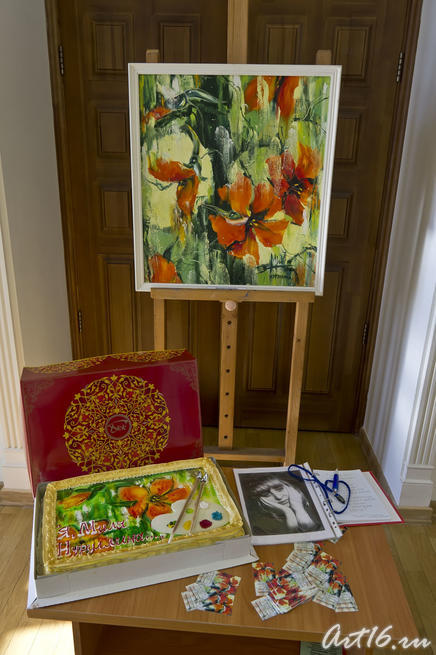 Композиция: Торт ʺЯ, Миля Нуруллинаʺ, картина ʺНастурции под дождемʺ, портрет и книга отзывав::Миля Нуруллина. Юбилейная выставка-2011