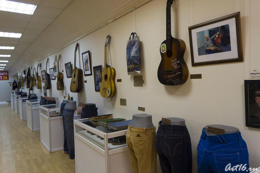 Фрагмент экспозиции выставки (музыкальные инструменты, джинсы)