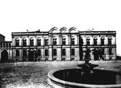 Фонтан и Губернаторский дворец в Казанском кремле