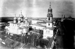 Спасо-Преображенский монастырь. За ним - Юнкерское училище