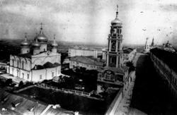Спасо-Преображенский монастырь (слева - храм Преображения Господня, в центре - колокольня) в Казанском кремле. Ныне не существу