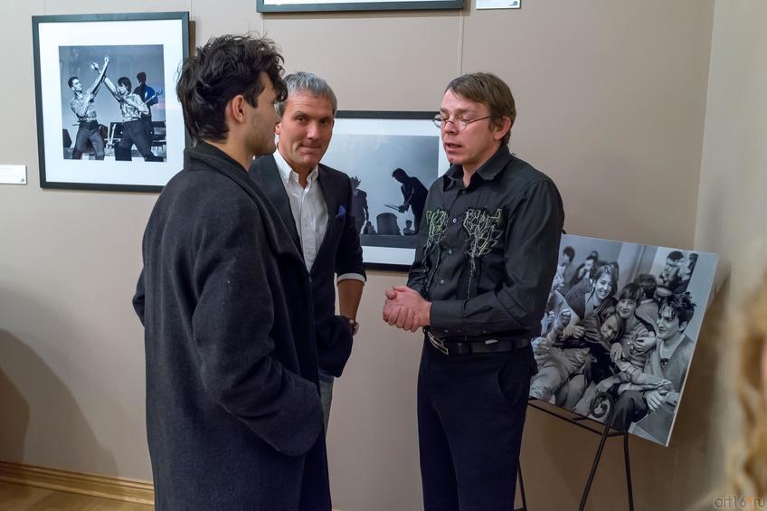 Р. Валиахметов, С.Бугаев (Африка) на заднем плане::Время колокольчиков. Выставка рок-фотографии