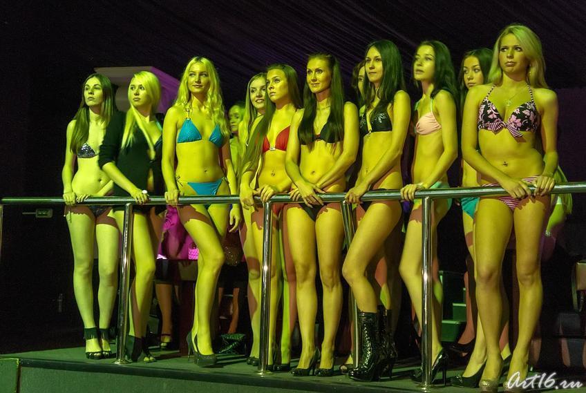 Девушки-конкурсантки с нетерпением ждут решения жюри