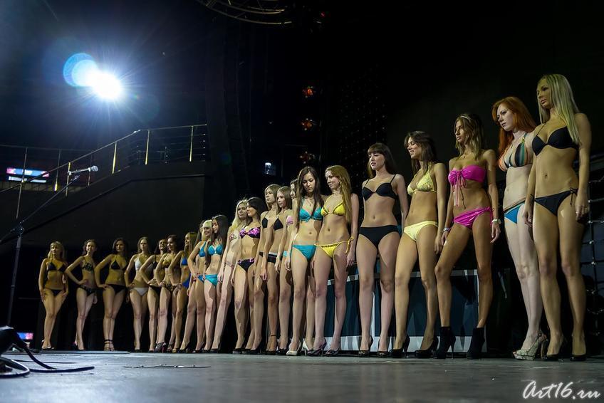 Двадцать пять  участниц отборочного конкурса на сцене